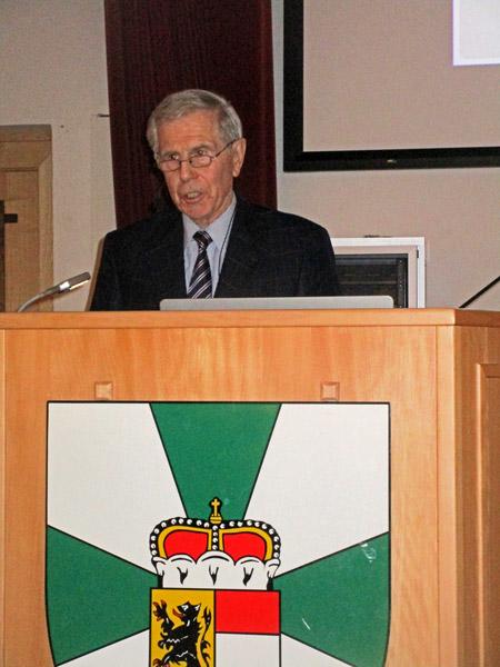 Brigadier i.R. Prof. Dr. Horst Mäder bei seinem Vortrag in Salzburg
